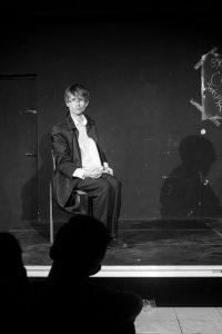Krzysztof Oleś w trakcie spektaklu